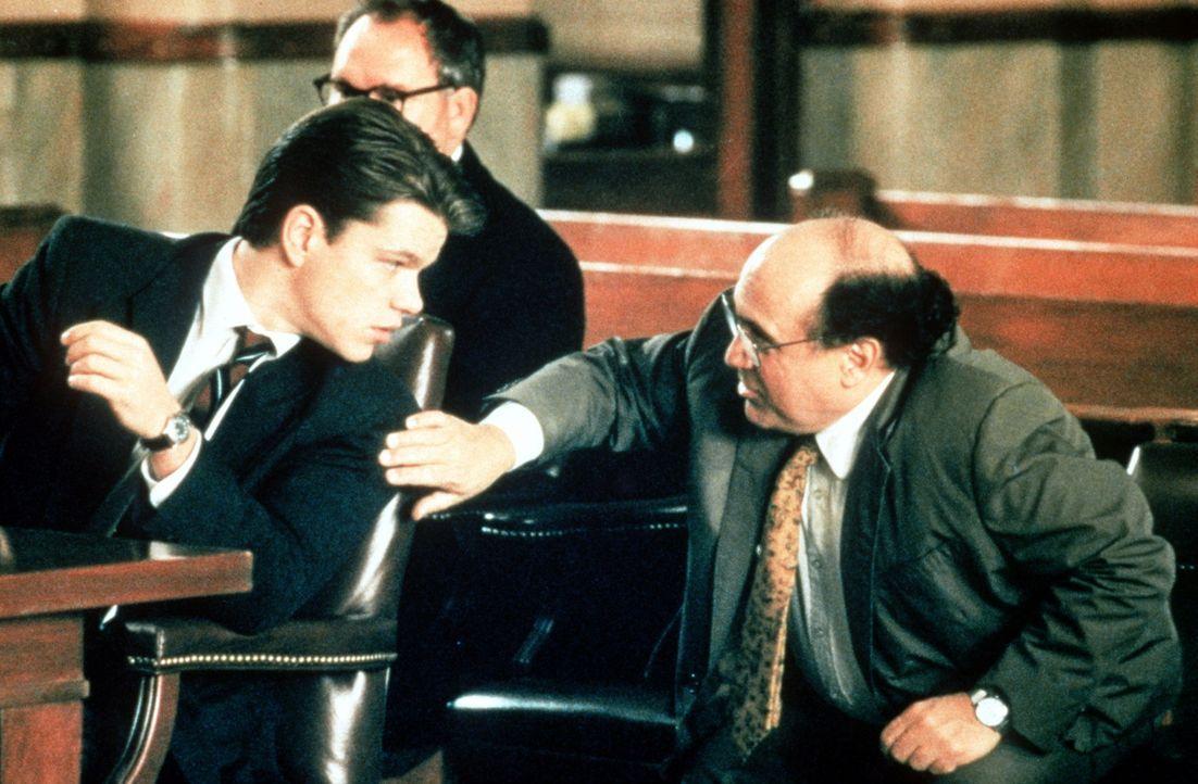 Selbstbewusst, aber noch unerfahren: Rudy Baylor (Matt Damon, l.) wird bei der Gerichtsverhandlung von Deck Schifflet (Danny De Vito, r.) unterstüt... - Bildquelle: Paramount Pictures