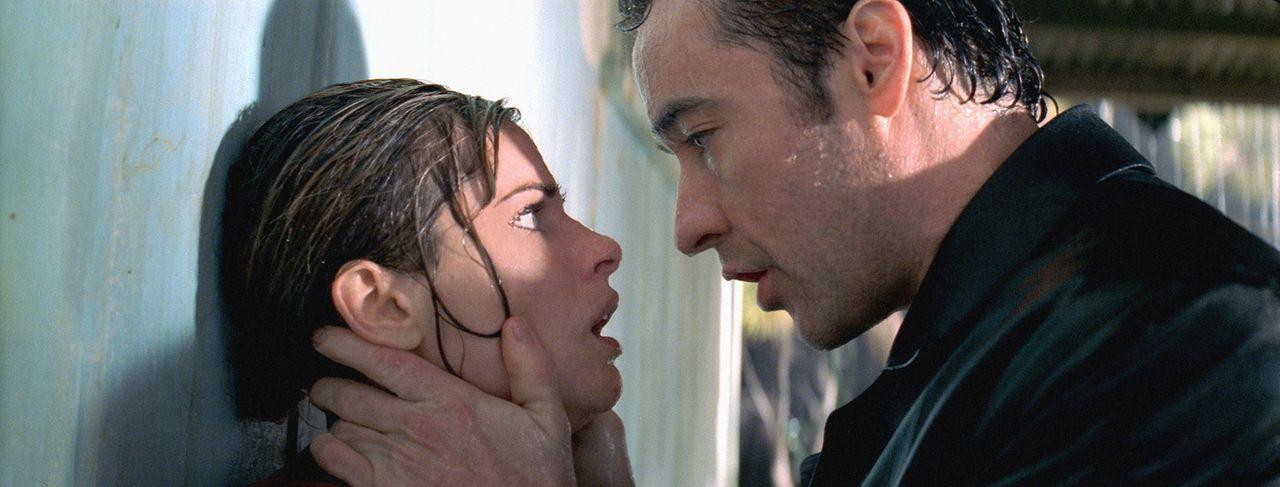 Für Ed (John Cusack, r.) kommt nach wie vor jeder als Täter in Frage. Hat am Ende Paris (Amanda Peet, l.) etwas mit den grausamen Morden im Motel zu... - Bildquelle: 2003 Sony Pictures Television International. All Rights Reserved.