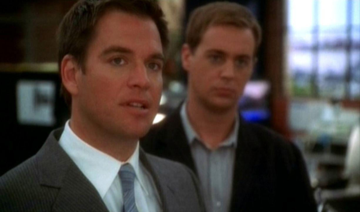 Tim McGee (Sean Murray, r.) und Anthony DiNozzo (Michael Weatherly, l.) schauen sich belastendes Videomaterial an. - Bildquelle: CBS Television