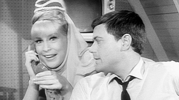 Jeannie (Barbara Eden, l.) erhält einen Anruf von Marilla, indem sie ihr mitt...