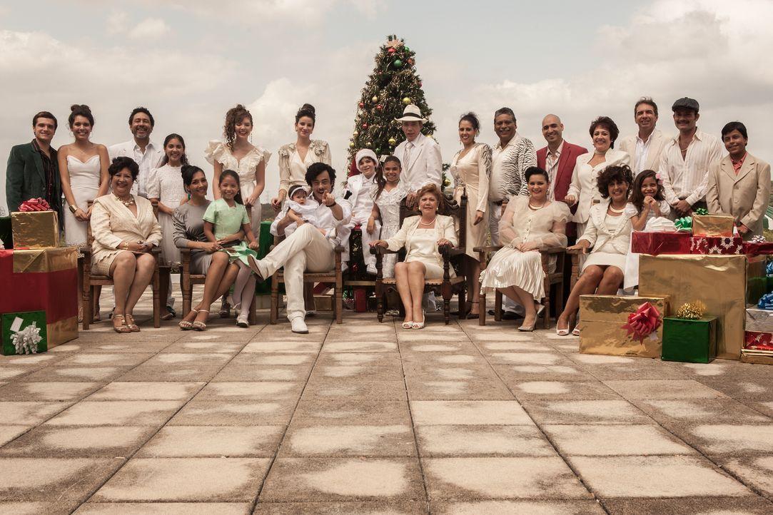 Die Liebe zu der attraktiven Kolumbianerin Maria (Claudia Traisac, 2.v.l.) treibt den Kanadier Nick (Josh Hutcherson, l.) in die Fänge der Escobar F... - Bildquelle: 2014 CHAPTER 2 - NORSEAN PLUS - PARADISE LOST FILM A.I.E