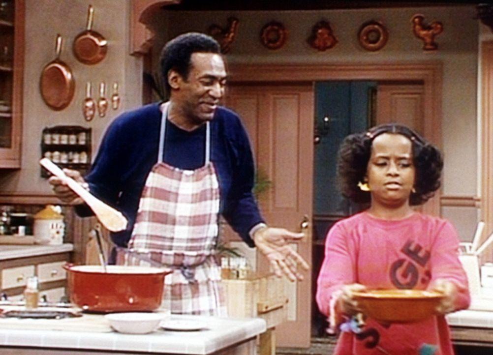 Cliff (Bill Cosby, l.) kann gar nicht verstehen, warum seine Tochter Vanessa (Tempsett Bledsoe, r.) an seinen Kochkünsten zweifelt. - Bildquelle: Viacom