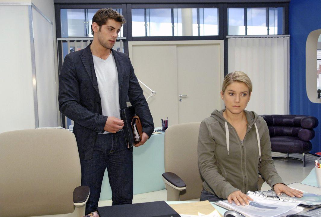 Anna (Jeanette Biedermann, r.) tut Jonas (Roy Peter Link, l.) leid, als er mitbekommt, wie Gerrit sie behandelt ... - Bildquelle: Claudius Pflug Sat.1