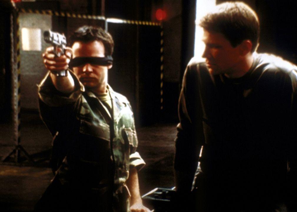 Jonathan (Danny Strong, l.) beeindruckt Riley (Marc Blucas, r.) mit seinen Fähigkeiten. Er trifft sogar mit verbundenen Augen sein Ziel ... - Bildquelle: TM +   2000 Twentieth Century Fox Film Corporation. All Rights Reserved.