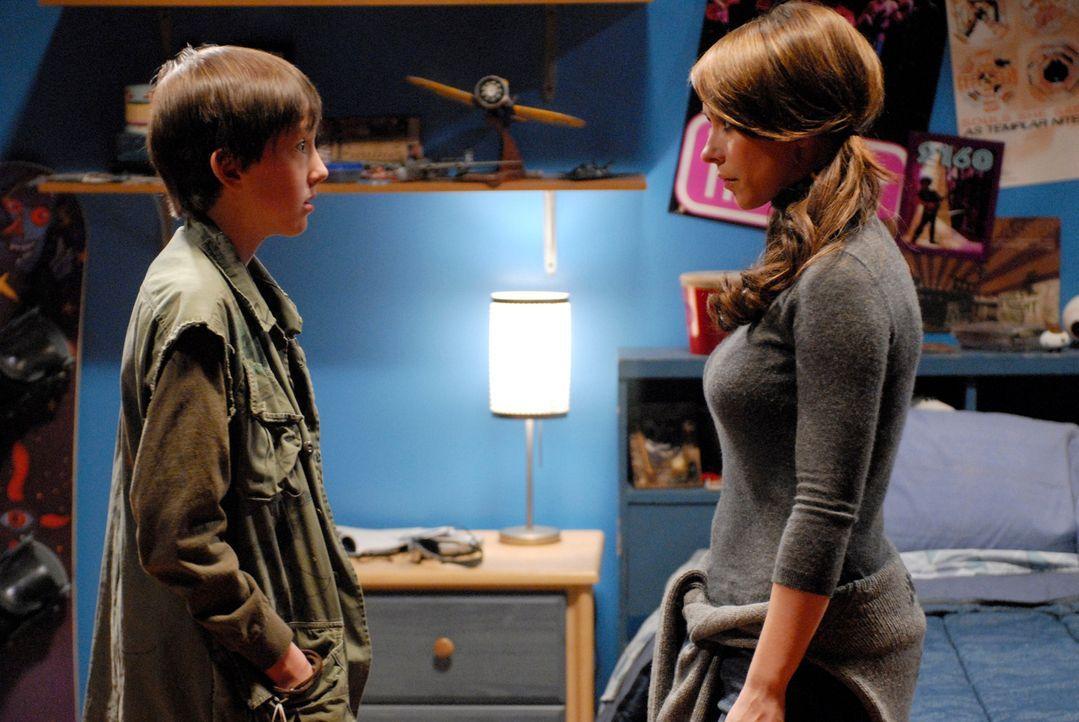 Ned (Tyler Patrick Jones, l.) erzählt Melinda (Jennifer Love Hewitt, r.) von einigen seltsamen Vorkommnissen … - Bildquelle: ABC Studios