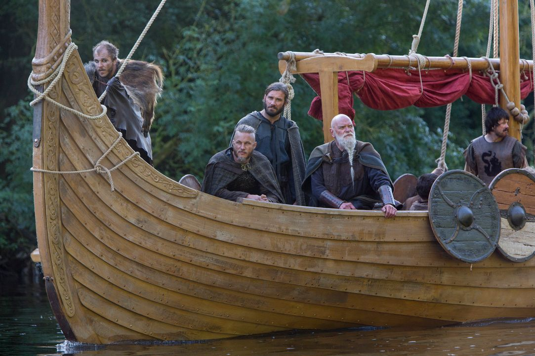 Ragnar (Travis Fimmel, 2.v.l.), Rollo (Clive Standen, 3.v.l.), Floki (Gustaf Skarsgård, l.) und die Wikinger träumen davon, mit vollen Schatztruhen... - Bildquelle: 2013 TM TELEVISION PRODUCTIONS LIMITED/T5 VIKINGS PRODUCTIONS INC. ALL RIGHTS RESERVED.