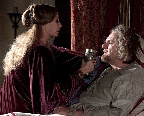 Regan Hamleigh (Sarah Parish) hegt immer noch große Pläne für ihren Sohn - und pflegt notgedrungen ihren tumben Ehemann Percy (Robert Bathurst). - Bildquelle: Egon Endrenyi Tandem Productions Pillars Productions