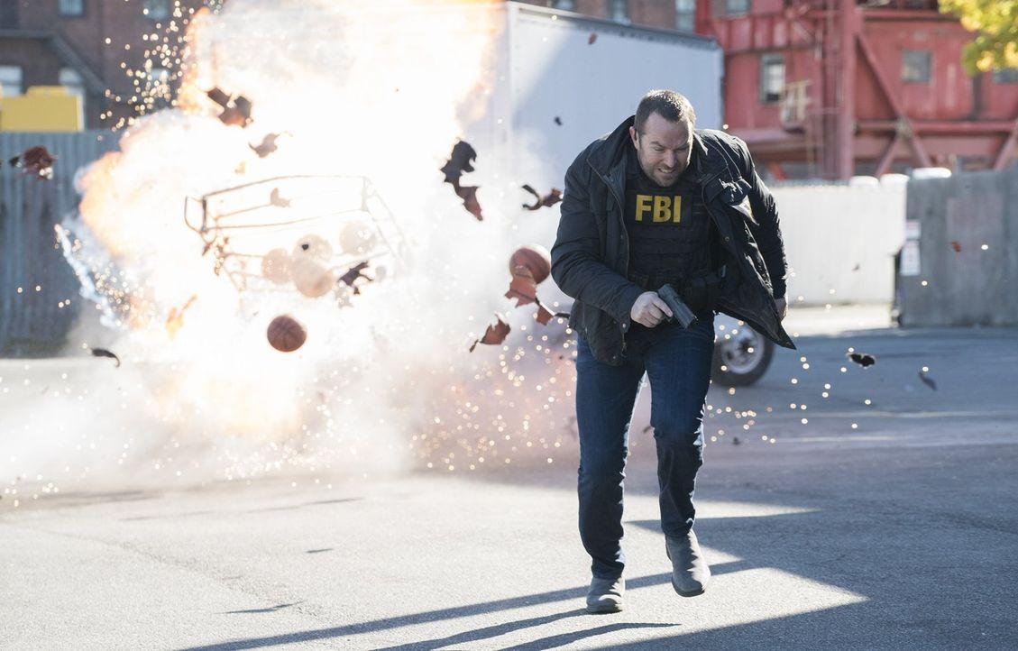 Basketbälle voller Sprengstoff und ein großes Basketballspiel. Kann Weller (Sullivan Stapleton) verhindern, dass Terroristen unschuldige Schulkinder... - Bildquelle: Warner Brothers