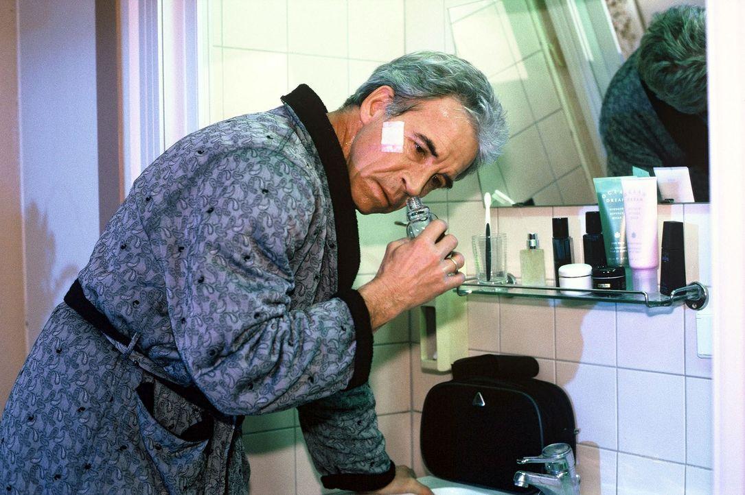 Nach seinem Sturz im Labor macht Parfumdesigner Cornelius Tuchmann (Wolf Roth) eine katastrophale Entdeckung: Er hat seinen Geruchs- und Geschmackss... - Bildquelle: Noreen Flynn Sat.1