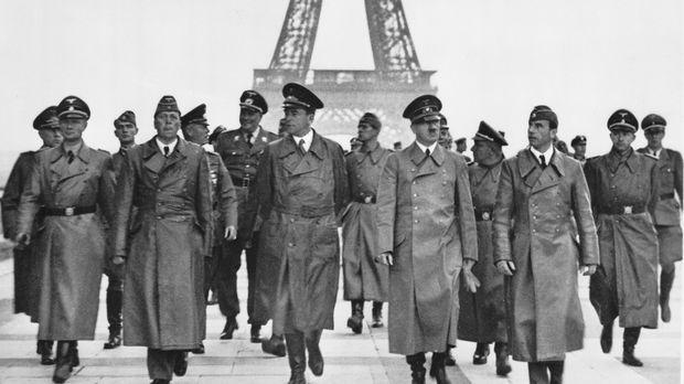 Auf dem Zenith der Macht: Adolf Hitler( vorne 2.r.) in Paris ... © Library of...