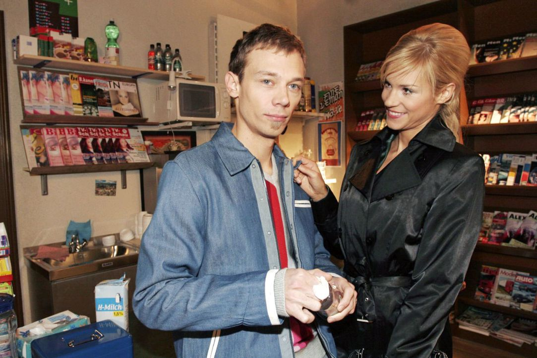 Als Sabrina (Nina-Friederike Gnädig, r.) erfährt, dass Jürgen  (Oliver Bokern, l.) zum Speed-Dating geht, macht sie ihm ungewollt ein Kompliment. - Bildquelle: Monika Schürle Sat.1