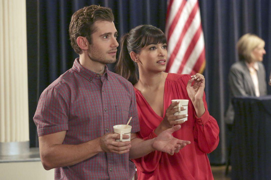 Ryan (Julian Morris, l.) und Cece (Hannah Simone, r.) machen eine erstaunliche Beobachtung ... - Bildquelle: 2015 Twentieth Century Fox Film Corporation. All rights reserved.