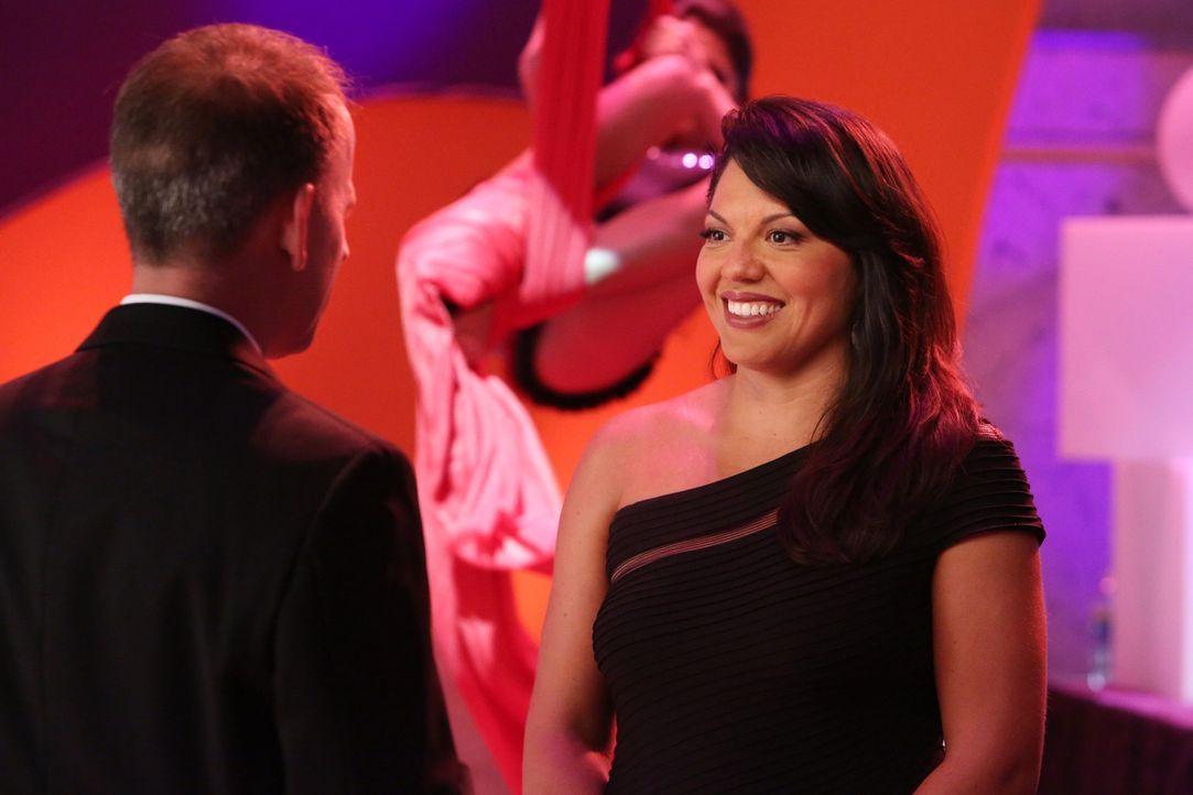 Während der Spendengala schließt Callie (Sara Ramirez, r.) Bekanntschaft mit einem Verehrer (Emil Beheshti, l.), der ihre Arbeit bewundert ... - Bildquelle: ABC Studios