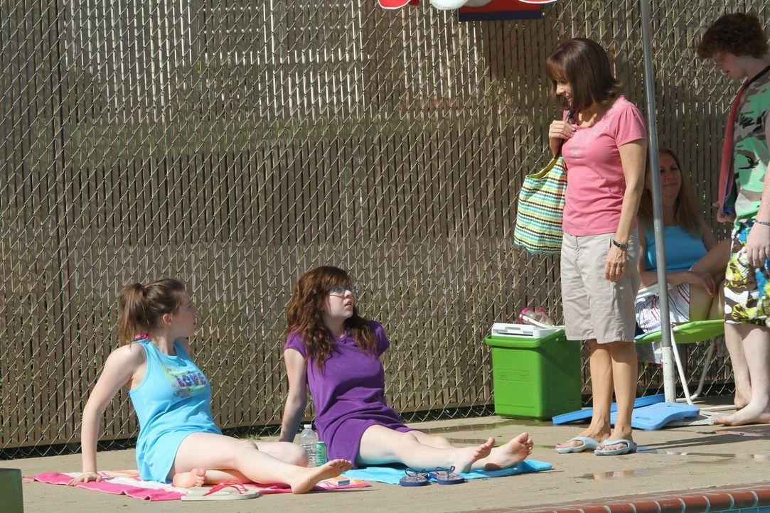 Obwohl ihr Frankie (Patricia Heaton, r.) einen netten Badeanzug gekauft hat, will Sue (Eden Sher, l.) sich nicht damit blicken lassen und zeigt ihn... - Bildquelle: Warner Brothers