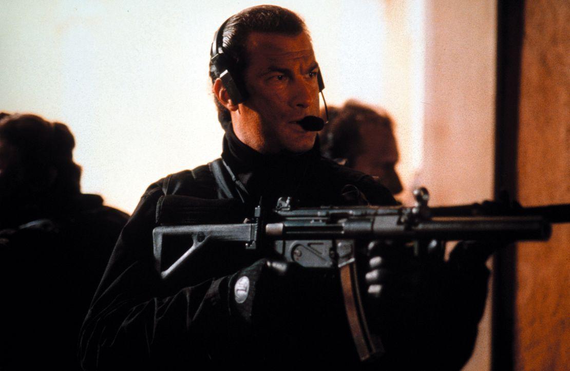 Nur einer kann die Terroristen unschädlich machen: Lt. Colonel Austin Travis (Steven Seagal)! - Bildquelle: Warner Bros. Pictures