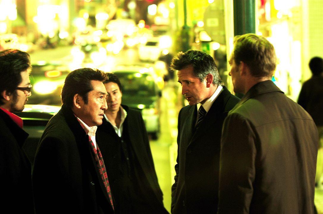 Jack (Anthony LaPaglia, 2.v.r.) versucht einen schwierigen Fall zu lösen ... - Bildquelle: Warner Bros. Entertainment Inc.