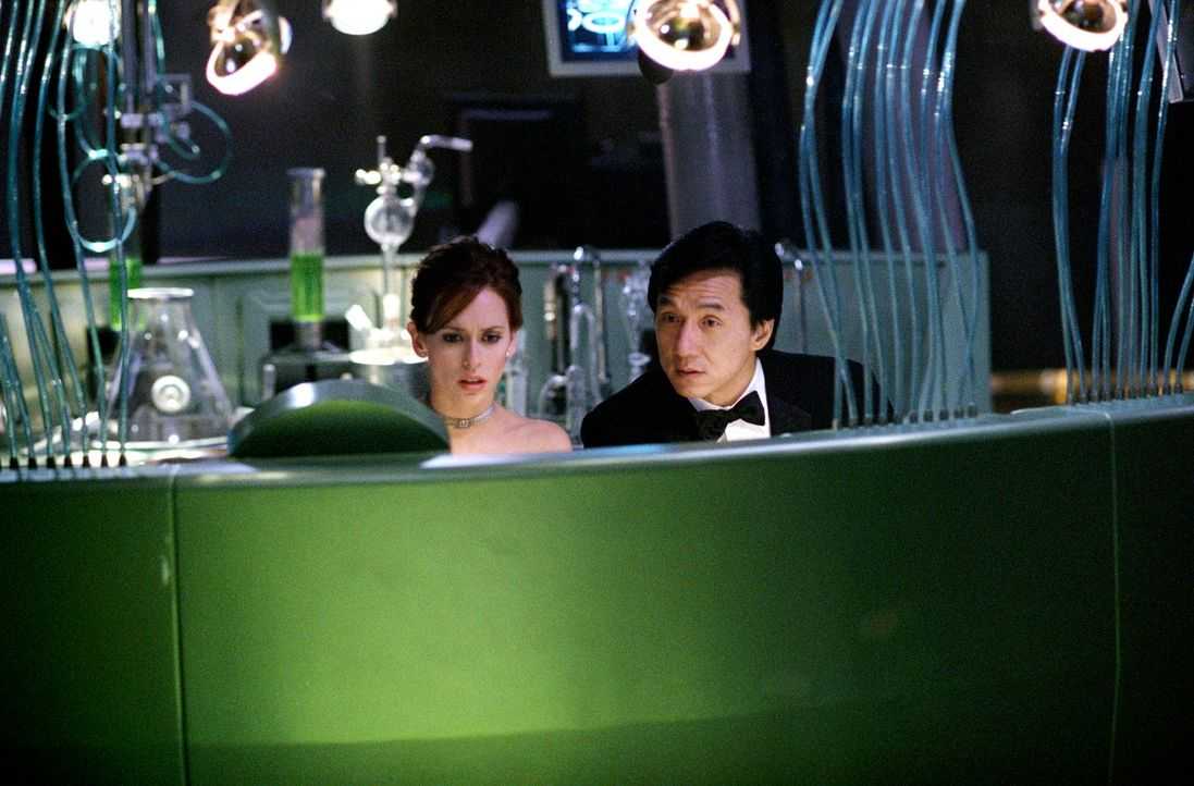 Schlittern ungewollt in die Agentenrolle: Dr. Delilah Blaine (Jennifer Love Hewitt, l.) und Chauffeur Jimmy (Jackie Chan, r.) ... - Bildquelle: TM &   2002 DreamWorks LLC. All Rights Reserved