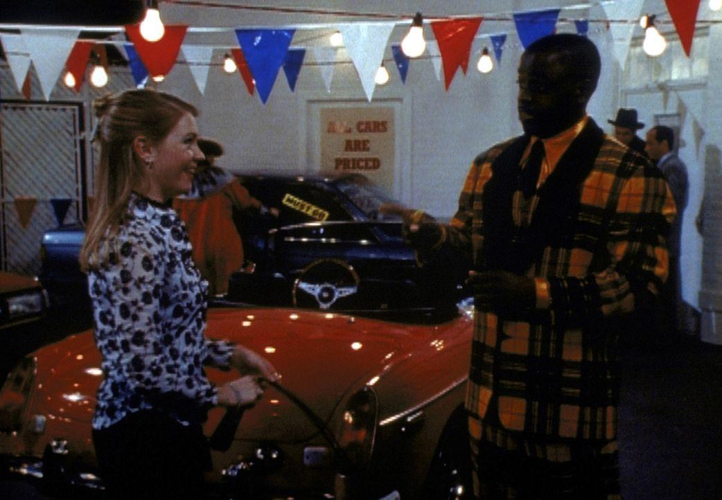 Zu Sabrinas (Melissa Joan Hart, l.) Überraschung jobbt ihr Quizmaster (Alimi Ballard, r.) im anderen Reich als Autoverkäufer ... - Bildquelle: Paramount Pictures