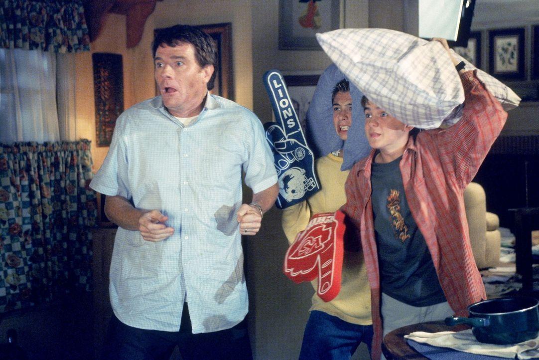 Hal (Bryan Cranston, l.), Reese (Justin Berfield, M.) und Malcolm (Frankie Muniz, r.) nehmen den Kampf gegen die Fledermausplage im Haus auf ... - Bildquelle: TM +   2000 Twentieth Century Fox Film Corporation. All Rights Reserved.