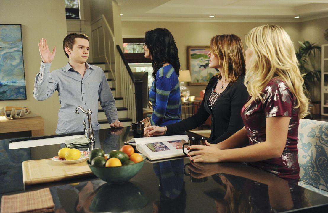 Travis (Dan Byrd, l.) versucht seine Mutter Jules (Courteney Cox, 2.v.l.) mithilfe ihres Highschool-Albums zu bestechen. Ellie (Christa Miller, 2.v.... - Bildquelle: 2009 ABC INC.