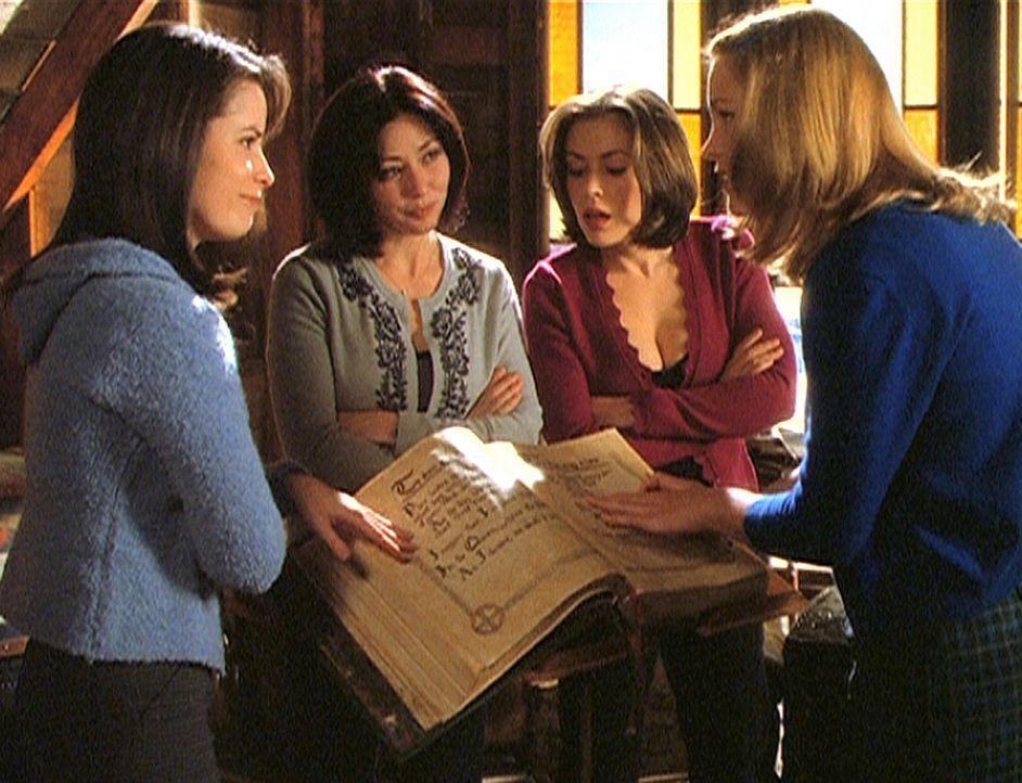 Die drei Schwestern, Piper (Holly Marie Combs, l.), Prue (Shannen Doherty, 2.v.l.) und Phoebe (Alyssa Milano, 2.v.r.), haben ihre Vorfahrin Melinda... - Bildquelle: Paramount Pictures