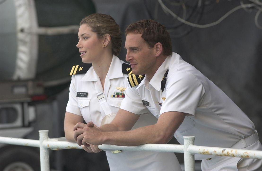 Die Elite-Piloten Ben (Josh Lucas, r.) und Kara (Jessica Biel, l.) ahnen noch nicht, dass sie sich schon bald mit einem bösartigen, digital gesteuer... - Bildquelle: 2005 Columbia Pictures Industries, Inc. All Rights Reserved.