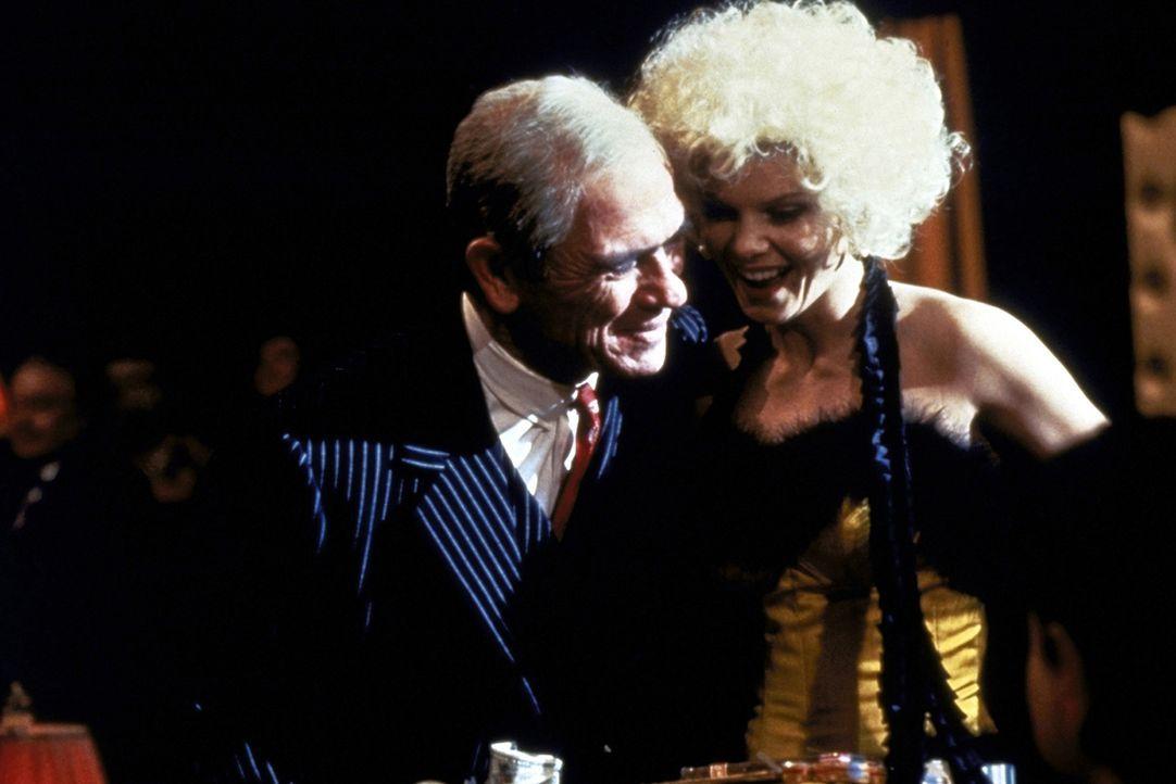Um zu beweisen, dass er immer noch jede Frau kriegen kann, macht sich Ty Cobb (Tommy Lee Jones, l.) an das Zigarettenmädchen Ramona (Lolita Davidovi... - Bildquelle: Warner Bros.