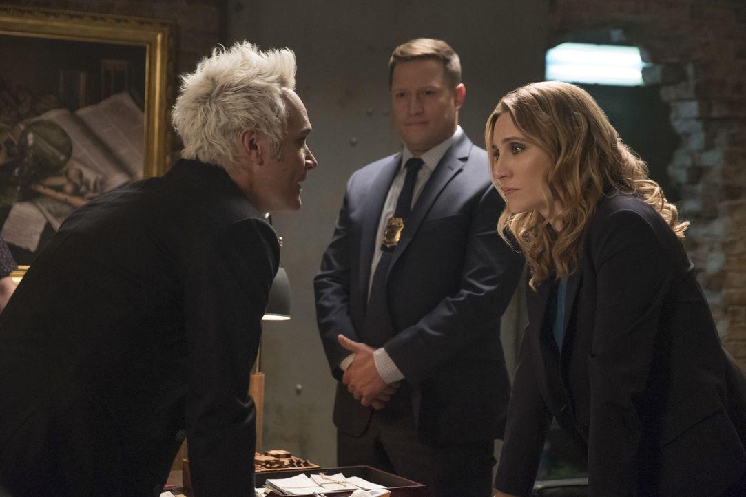 (v.l.n.r.) Blaine (David Anders); Detective Cavanaugh (Robert Salvador); Dale (Jessica Harmon) - Bildquelle: Warner Bros.