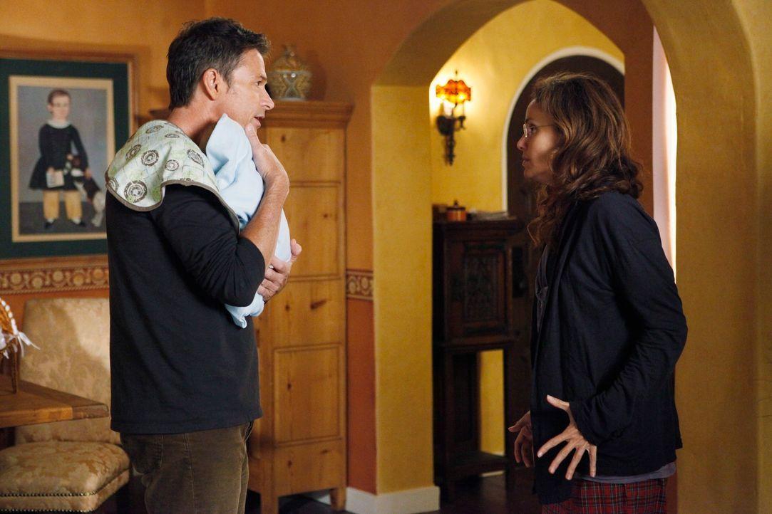 Violet (Amy Brenneman, r.) ist nicht in der Lage, sich gefühlsmäßig ihrem Baby anzunähern und bringt das Kind zu Pete (Tim Daly, l.) ... - Bildquelle: ABC Studios
