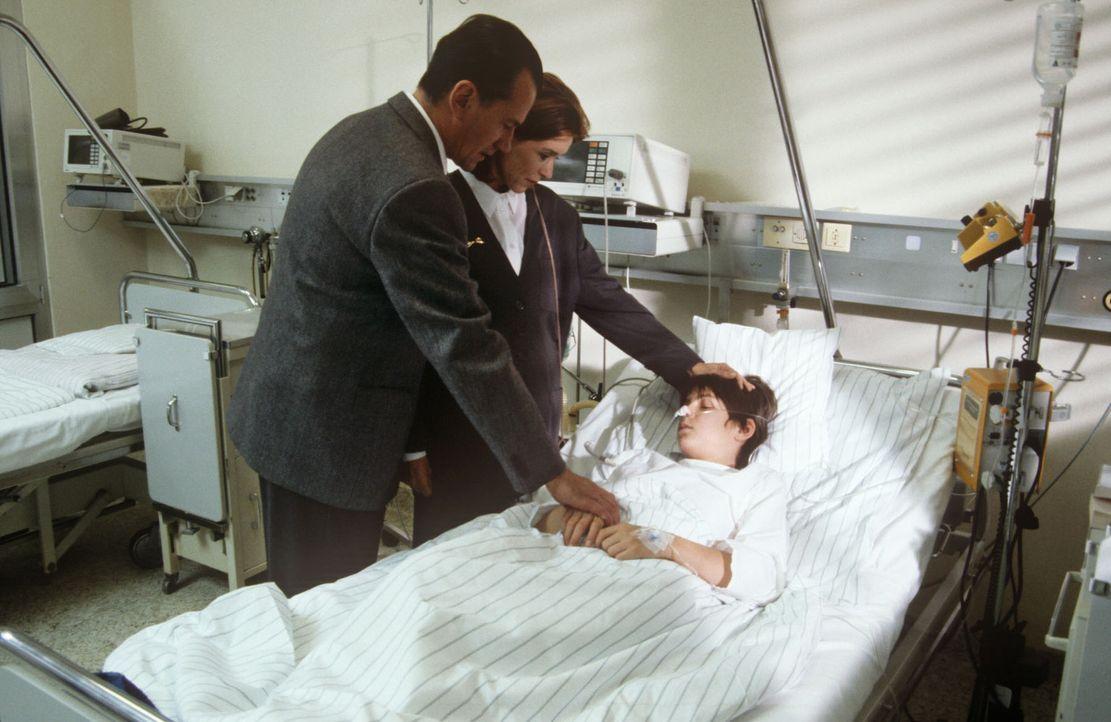 Der kleine Leonard Wetzenstein (Dirk Augustin, r.) braucht dringend eine Bluttransfusion, doch seine Eltern (Manfred Lehmann, l.; Constanze Roeder,... - Bildquelle: Janis Jatagandzidis Sat.1