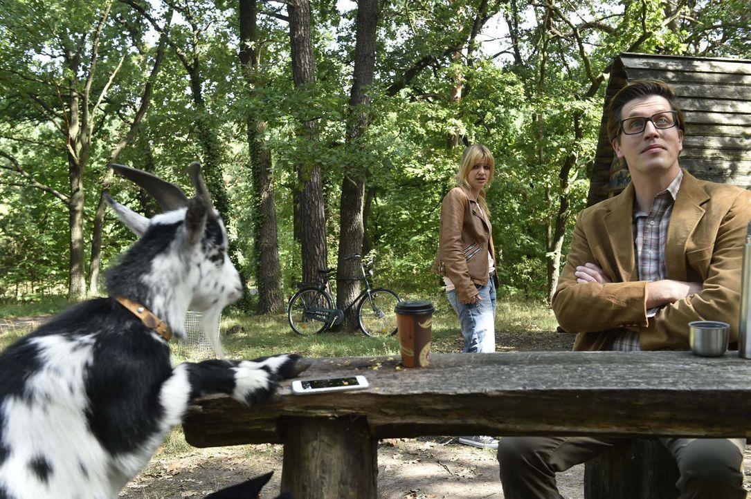 Hat Panik vor einer Ziege: Mila (Susan Sideropoulos, l.) kann das Interview mit Dr. Konrad (Nic Romm, r.) nicht fortsetzen ... - Bildquelle: Claudius Pflug sixx