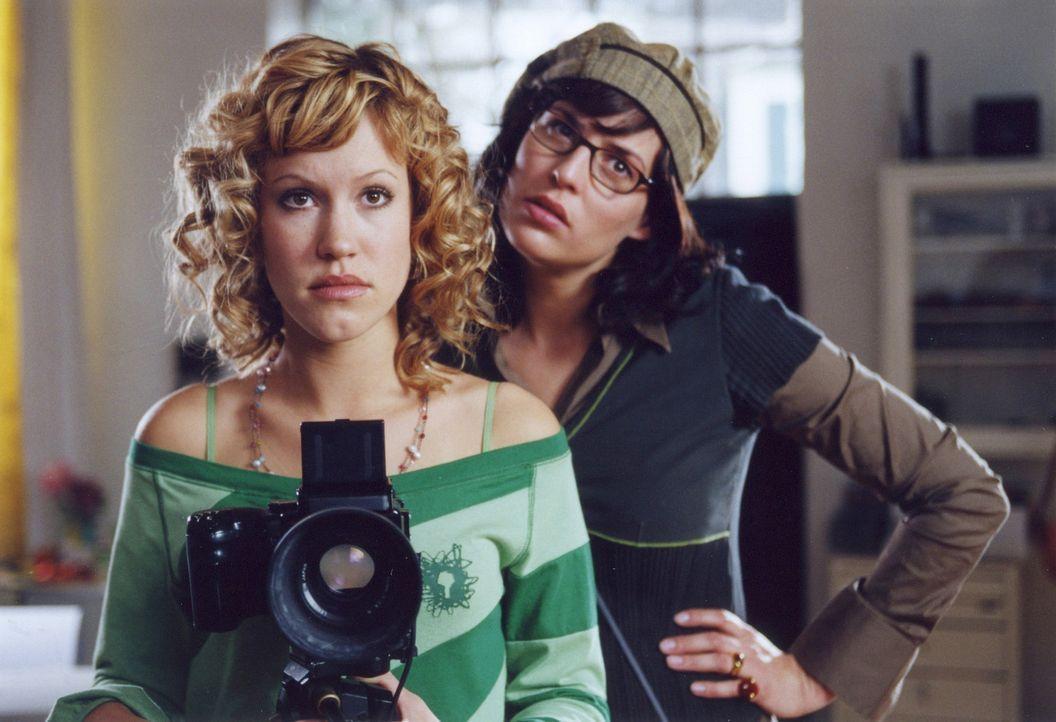 Seit vielen Jahren sind die beiden Fotografinnen Lisa (Wolke Hegenbarth, l.) und Karin (Elena Uhlig, r.) miteinander befreundet - und teilen ein zie... - Bildquelle: Erika Hauri ProSieben