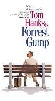 Forrest Gump - Forrest Gump (Tom Hanks) sitzt auf einer Bank an der Bushaltes...