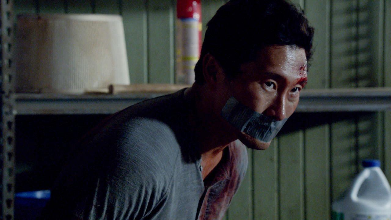 Eine simple Hausdurchsuchung wird Chin (Daniel Dae Kim, hinten) zum Verhängnis. Plötzlich findet er sich in den Händen eines Serienkillers wieder ..... - Bildquelle: 2013 CBS BROADCASTING INC. All Rights Reserved.