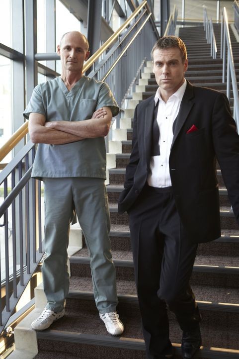 Der Geist von Mac (Colm Feore, l.) taucht plötzlich auf und erklärt Charlie (Michael Shanks, r.), dass er gekommen ist, um ihn zu holen ...