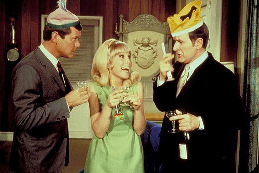 Jeannie (Barbara Eden, M.) begrüßt mit einer kleinen Feier die beiden Astrona...