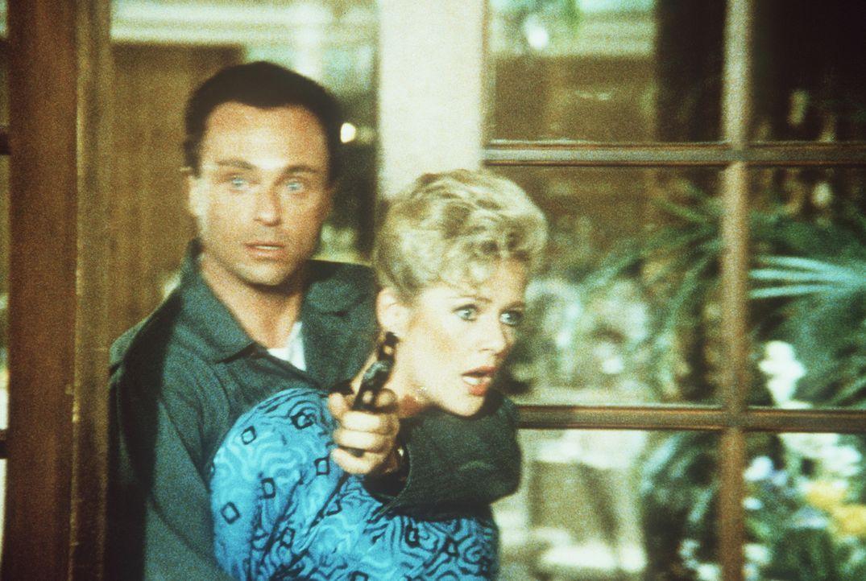 Der Terrorist Sallee (Stanley Kamel, l.) bringt Francine (Martha Smith, r.) als Geisel in seine Gewalt ...