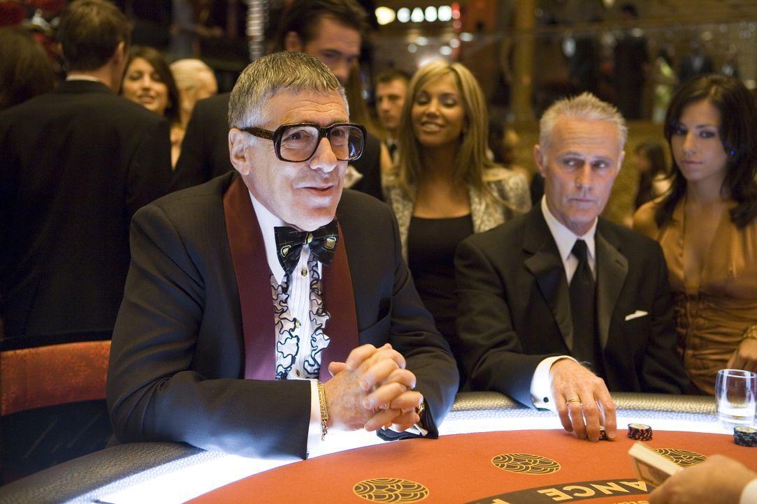 Reuben Tishkoff (Elliot Gould, r.) ist töricht genug, mit Las Vegas berüchtigtsten Geschäftsmann Willy Banks ein neues Casino zu bauen. Doch dabei w... - Bildquelle: TM &   Warner Bros. All Rights Reserved