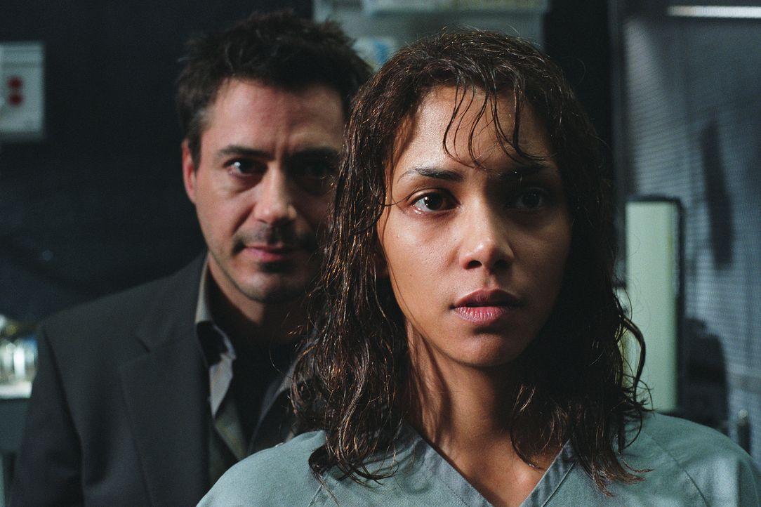Dr. Pete Graham (Robert Downey Jr., l.) konfrontiert seine Kollegin, die erfolgreiche Kriminal-Psychologin Dr. Miranda Grey (Halle Berry, r.), mit d... - Bildquelle: 2004 Sony Pictures Television International. All Rights Reserved.