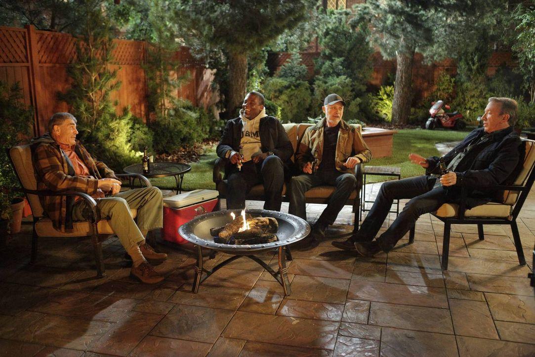 Männerabend: Bud (Robert Forster, l.), Chuck (Jonathan Adams, 2.v.l.), Ed (Hector Elizondo, 2.v.r.) und Mike (Tim Allen, r.) genießen die Frauen-fre... - Bildquelle: 2014 Twentieth Century Fox Film Corporation. All rights reserved.