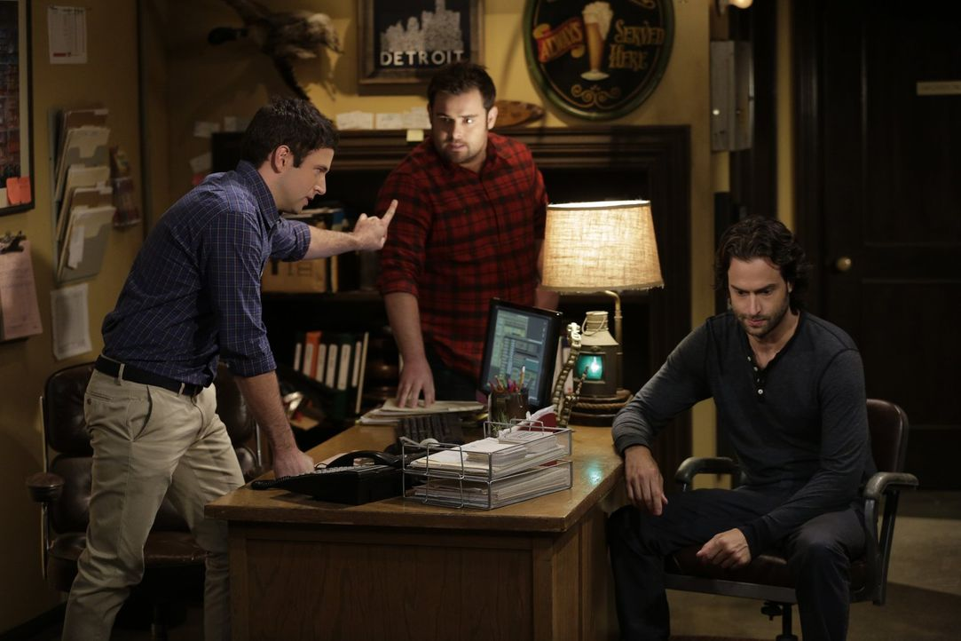 Obwohl sogar Brett (David Fynn, M.) als Vermittler fungiert, wird der Streit zwischen Danny (Chris D'Elia, r.) und Justin (Brent Morin, l.) nicht ge... - Bildquelle: Warner Brothers