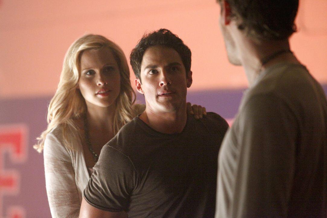 Rebekah (Claire Holt, l.) und Klaus (Joseph Morgan, r.) schaffen die Voraussetzungen dafür, Tyler Lockwood (Michael Trevino, M.) in einen Hybriden... - Bildquelle: Warner Bros. Television