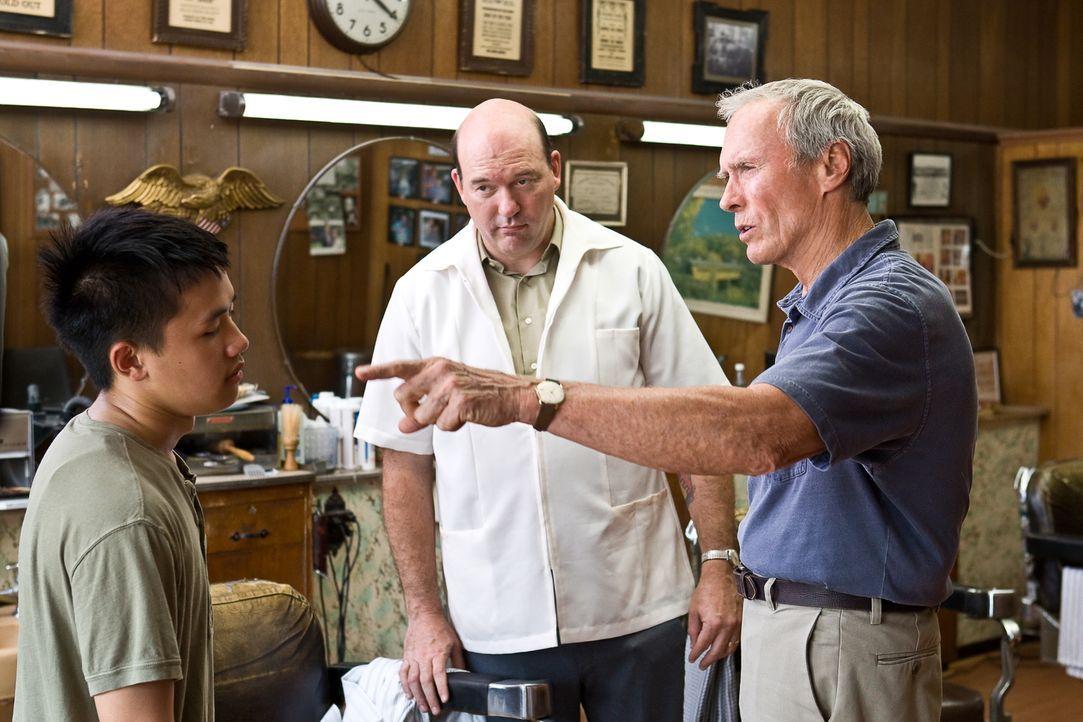 Freunden sich langsam an: Thao (Bee Vang, l.) und der jähzornige Rassist Walt Kowalski (Clint Eastwood, r.) ... - Bildquelle: Warner Bros