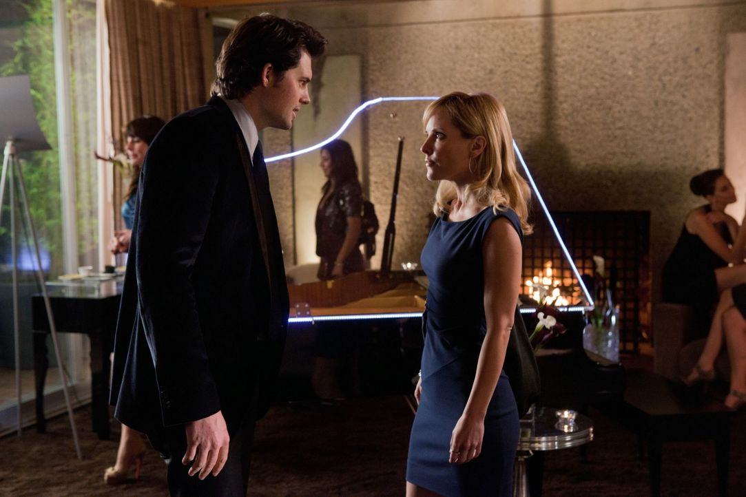 Nate (Kristoffer Polaha, l.) überredet Emma (Emma Caulfield, r.) dazu, an der Wohltätigkeitsveranstaltung einer Milliardärin teilzunehmen, um durch... - Bildquelle: The CW   2010 The CW Network, LLC. All Rights Reserved