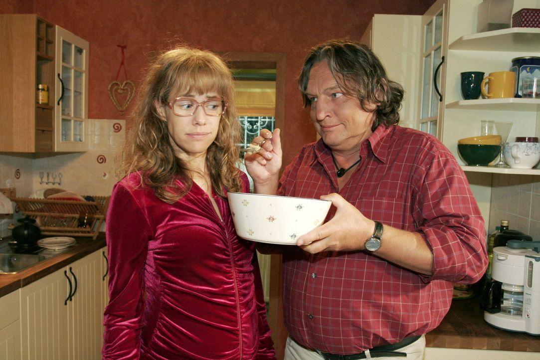 Lisa (Alexandra Neldel, l.) versucht dem verlockenden Angebot ihres Vaters (Volker Herold, r.) zu widerstehen - sie will sich an ihre Diät halten. (... - Bildquelle: Monika Schürle Sat.1