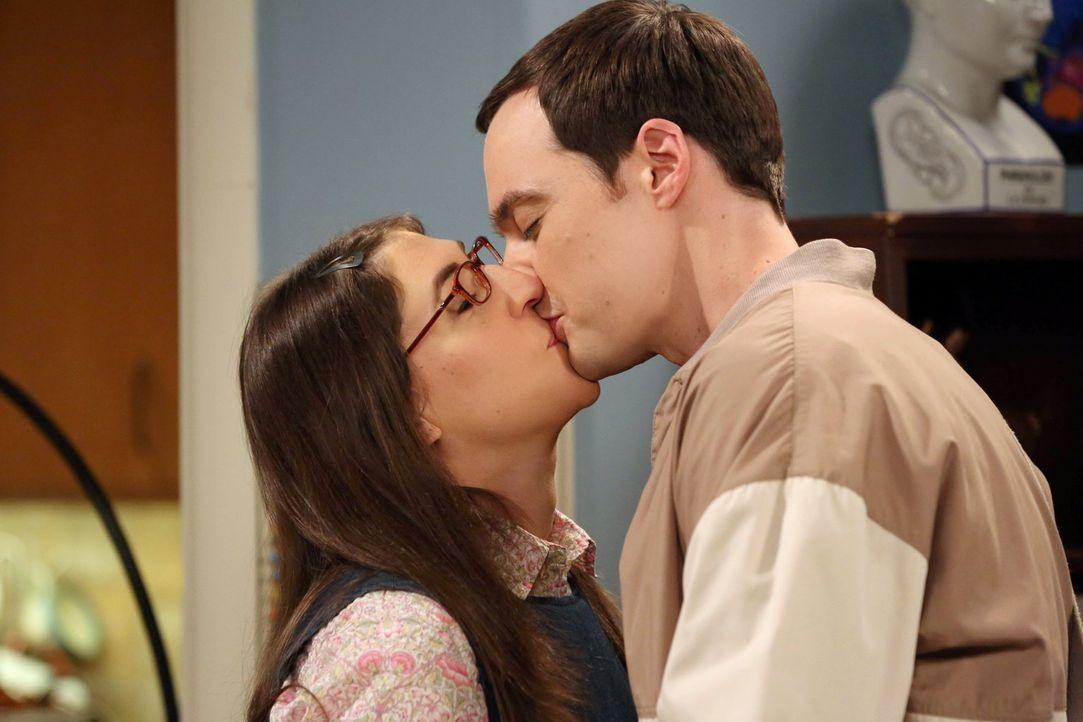 Was ist nur mit Amy (Mayim Bialik, l.) und Sheldon (Jim Parsons, r.) los? - Bildquelle: Warner Brothers