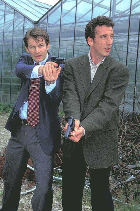 Kommissar Harry Weihmann (Heio von Stetten, r.) und sein Kollege Franz Bauer (Max Herbrechter, l.) bringen ihre einzige Zeugin zu ihrer Sicherheit i... - Bildquelle: ProSieben