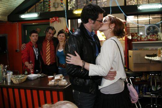 Mark (Arne Stephan, vorne l.) erkennt, dass er es aus Liebe zu Manu (Marie Zi...