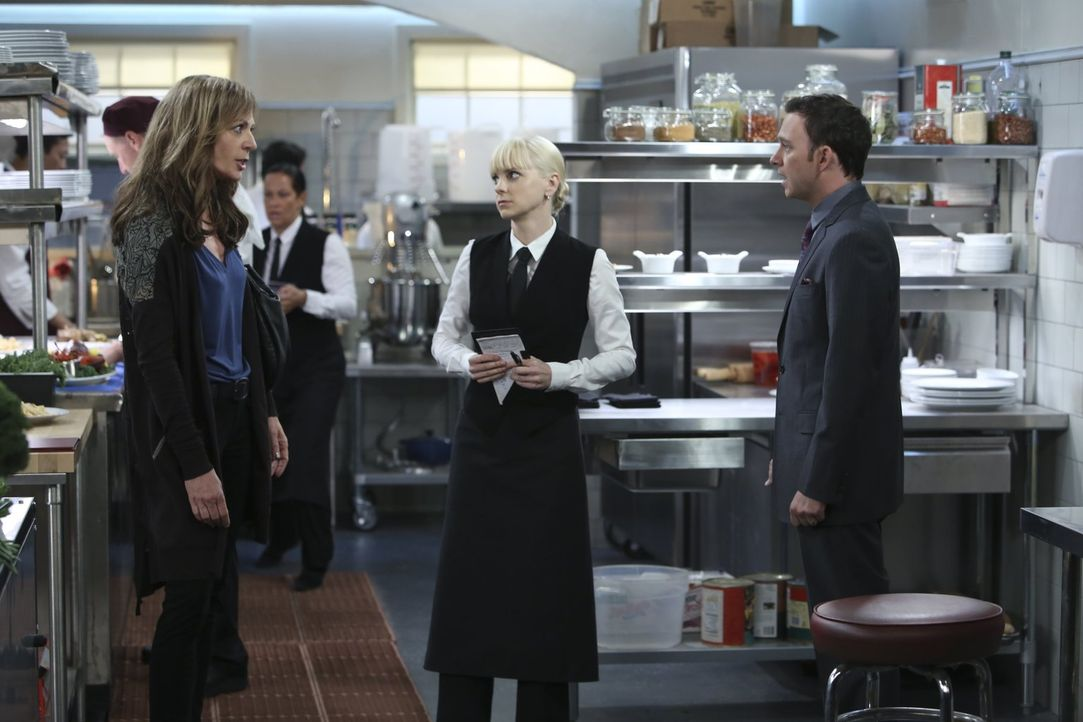 Gabriel (Nate Corddry, r.) will sich darüber beschweren, dass Christy (Anna Faris, M.) ihre Mutter mit in die Küche seines Restaurants bringt - doch... - Bildquelle: Warner Brothers Entertainment Inc.