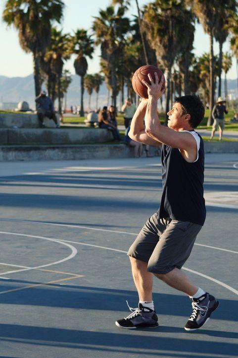 Während Naomi versucht bei einem Gegenspieler zu punkten, möchte Pete (Tim Daly) nur den Korb treffen ... - Bildquelle: ABC Studios